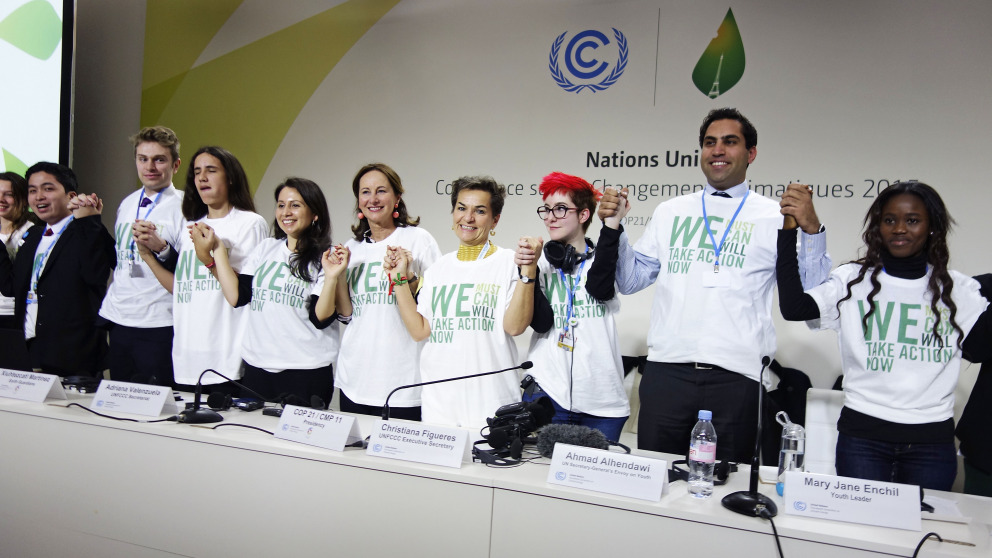 Jugendliche mit der damaligen Generalsekretärin der Klimarahmenkonvention, Christina Figueres (4. v.r.), beim Young and Future Generations Day im Rahmen der COP21, die 2015 in Paris stattfand.