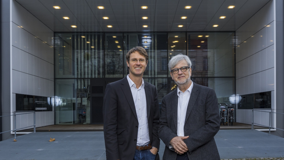 ENavi Spokesperson Ortwin Renn (right) and ENavi Scientific Manager Stefan Stückrad (left) in front of the Berlin Efficiency House Plus of the Federal Environment Ministry.