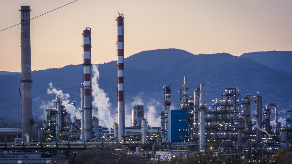 Carbon dioxide – a greenhouse gas emitted, for instance, in oil refineries – can be used as a raw material in industry. However, the process often consumes a lot of energy.