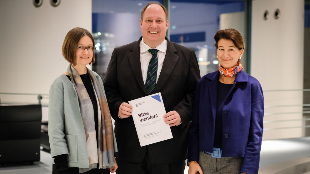 In December 2019, Patrizia Nanz (IASS, right) and Marianne Beisheim (SWP) handed over a reflection paper on the further development of the German Sustainability Strategy to Helge Braun, Head of the Federal Chancellery.