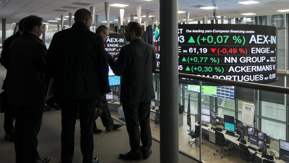 Brokers at the Paris stock exchange monitor markets in Belgium, France and Portugal. The DOLFINS project conducts research for the development of models and scenarios for a sustainable financial system.