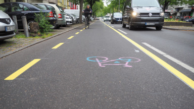 Freshly painted on the tarmac: The new cycle lane on Kantstraße in Charlottenburg.