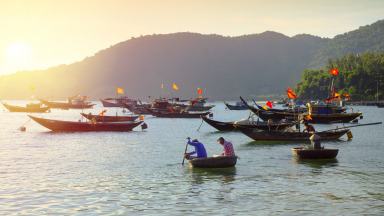 The traditional round coracle boats and narrow cutters of these Vietnamese fishermen offer the perfect backdrop for a holiday snap. However, overfishing is also a problem here. Regional cooperation is vital to a sustainable fishing industry.