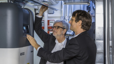 Heat pumps make an important contribution to energy saving and sector coupling. ENavi Spokesperson Ortwin Renn (left) and ENavi Scientific Manager Stefan Stückrad (right) examine a heat pump at the Berlin Efficiency House Plus of the Federal Environment Ministry.
