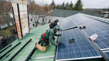 Other countries can learn from the German experience with renewable energy integration. Our picture shows the installation of solar modules in upstate New York.