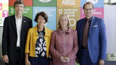 Federal Minister for Education and Research Johanna Wanka (third from left) and the co-chairs of the new science platform, Martin Visbeck (DKN Future Earth; left), Patrizia Nanz (IASS) and Dirk Messner (SDSN Germany) hope that the platform will contribute to the implementation of the German Sustainable Development Strategy and the 2030 Agenda.