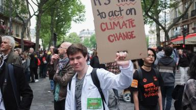 Democratic participation benefits efforts to protect the climate. In response to growing hostility towards science, people in Paris and other cities took to the streets in the March for Science to demonstrate for academic freedom on 22 April 2017. © Augustin Le Gall/HAYTHAM-REA/laif